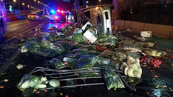 กระบะบรรทุกพืชผักเพลาหักพลิกคว่ำ เทกระจาดกระจายเกลื่อนพื้นถนนวิภาวดี