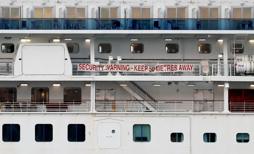 เรือสำราญ ไดมอนด์ ปรินเซส ซึ่งถูกกักกันไวรัส COVID-19 อยู่ที่ท่าเรือโยโกฮามา