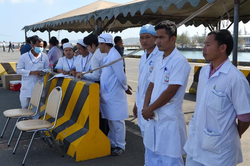 บุคลากรทางการแพทย์ของกัมพูชาเตรียมทำการตรวจคัดกรองผู้โดยสารบนเรือสำราญเวสเตอร์ดัม
