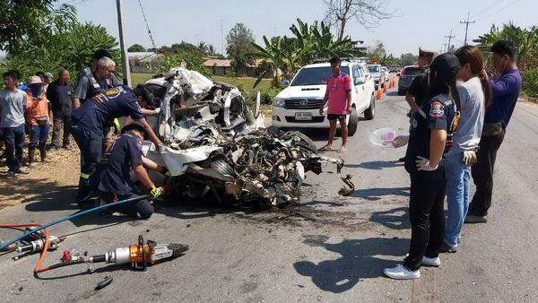 สุดสลด ! รถเก๋งผงะเจอกระบะแซงทางโค้งต้องหักหลบแต่เสียหลักข้ามเลนชนรถพ่วงสาวขับเก๋งเสียชีวิตคาที่