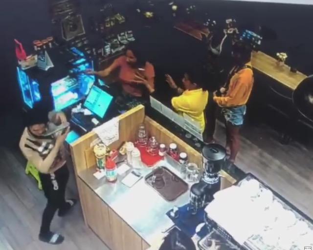 แชร์กระจาย คลิปสาวสองอาละวาด ในร้านกาแฟอเมซอน เพชรบุรี