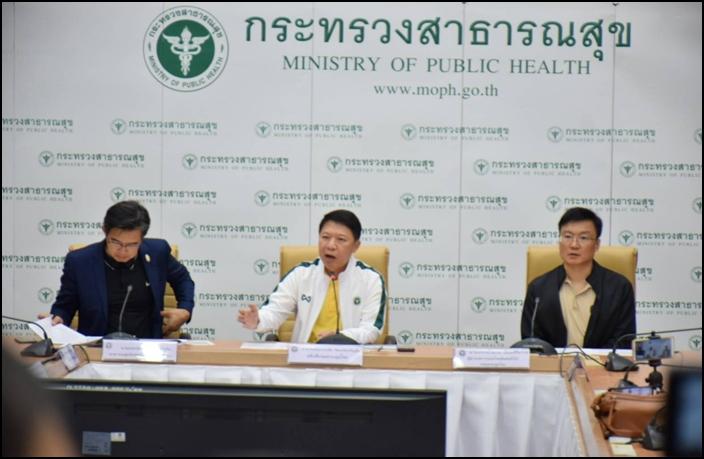 นพ.สุวรรณชัย วัฒนายิ่งเจริญชัย อธิบดีกรมควบคุมโรค (คร.) กระทรวงสาธารณสุข นำทีมแถลงสถานการณ์ไวรัสโคโรนา 2019 ในประเทศไทย