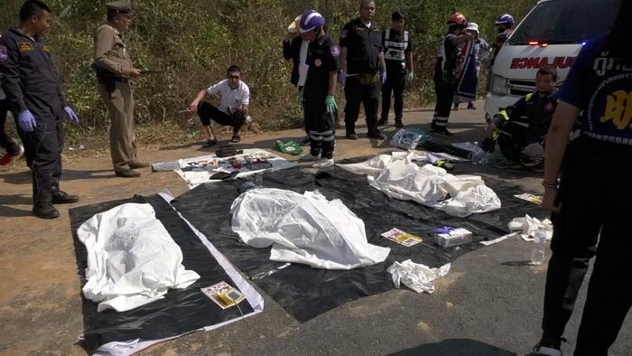 เก๋งเร่งเครื่องแซงรถขนดินไม่พ้นถูกอัดก๊อปปี้ดับยกครัว3ศพ