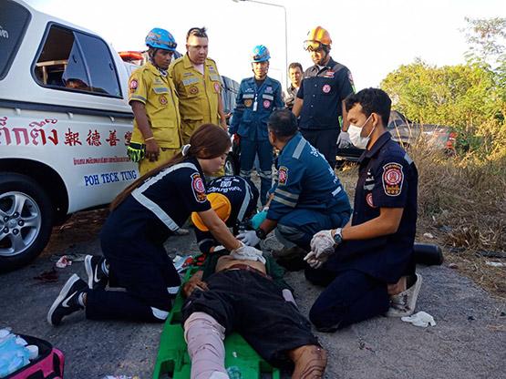 รถกระบะเสียหลักพุ่งชนรถพ่วงย่านวังน้อย เสียชีวิต 3 เจ็บ 1