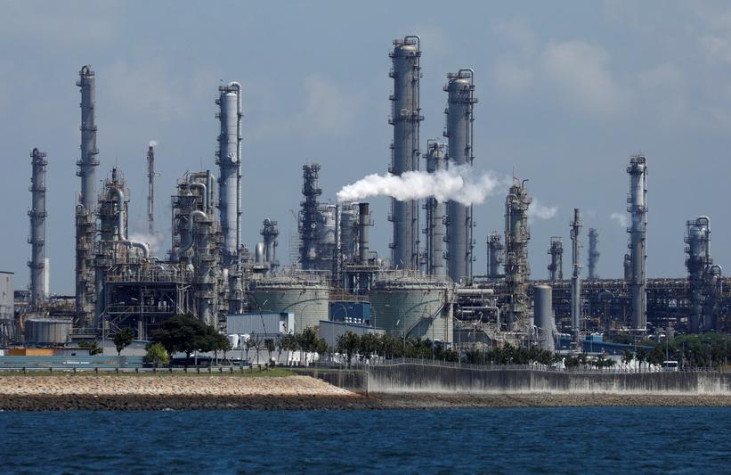 โรงงานกลั่นน้ำมันขนาดใหญ่ที่สุดของบริษัท เชลล์ บนเกาะ ปูเลา บูกอม ในสิงคโปร์ ภาพถ่ายเมื่อเดือน ก.ค. ปี 2019 (ภาพ – รอยเตอร์)