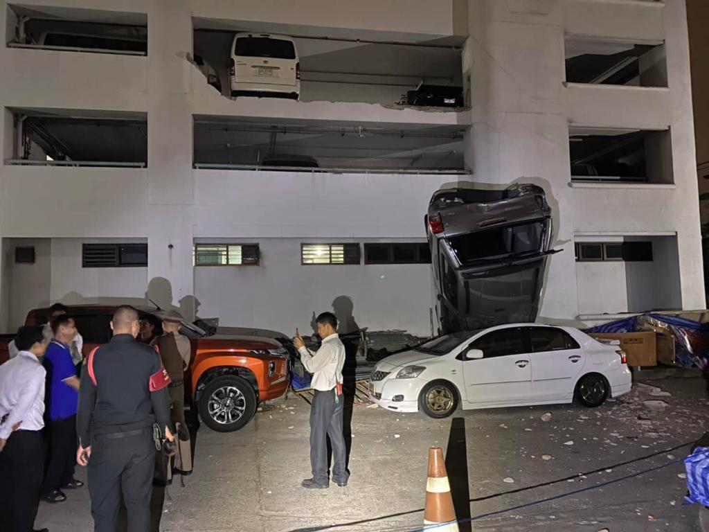 เก๋งพุ่งชนกระบะ ร่วงตึกสำนักงานใหญ่ประกันสังคมเมืองนนท์ เสียหาย 5 คัน ไร้คนเจ็บตาย
