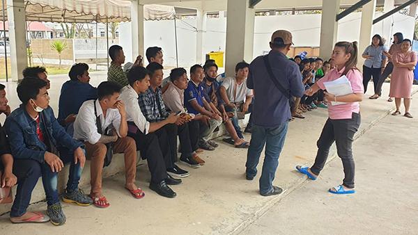 แรงงานพม่า 35 ชีวิตรอค่าแรงเครียด!  พิษเศรษฐกิจ ทำโรงานไก่ทรุด