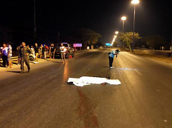 หนุ่มควบเก๋งชนคนวิ่งข้ามถนนตัดหน้าเสียชีวิตคาที่