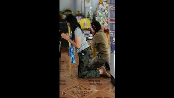 ขนหัวลุก ! สาวทำบุญในสำนักสงฆ์ลำปางถ่ายรูปติดภาพหน้าเพื่อนเปลี่ยนไป