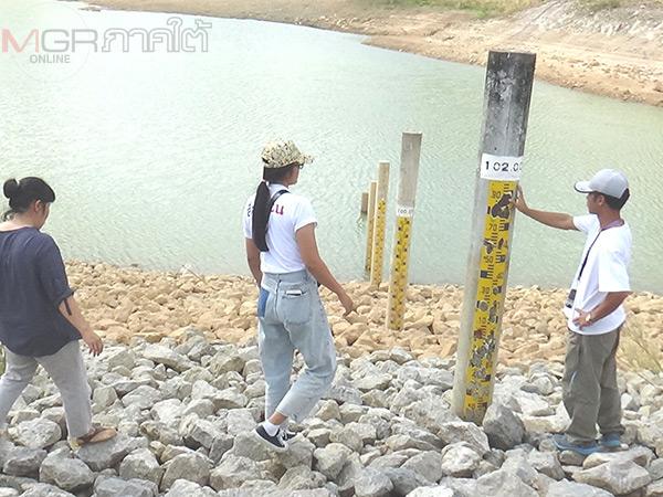 ชาวบ้านตรังพร้อมเครือข่ายสิ่งแวดล้อมเข้าตรวจสอบอ่างเก็บน้ำทุ่งหลวงพบสร้างใช้ไม่คุ้มค่า