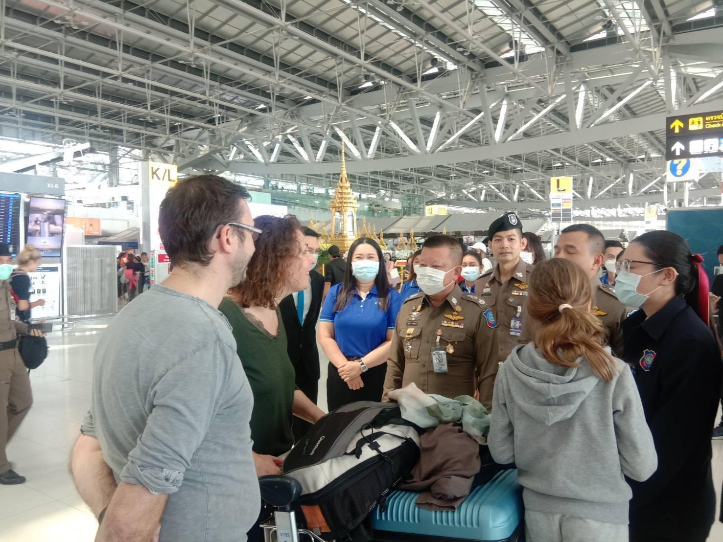มอบกรรมธรรม์ประกันไข้หวัดไวรัส Covid-19 ให้ตำรวจท่องเที่ยวสนามบิน