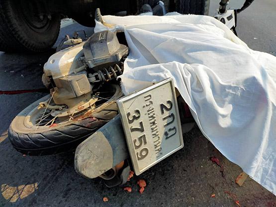 สองนักศึกษาซิ่ง จยย.ชนอัดท้ายรถทางหลวง เสียชีวิต 1 สาหัส 1