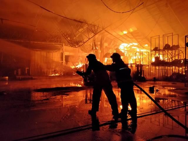 ระทึก!ไฟไหม้โรงอบลำไยนักธุรกิจจีนในลำพูน วอดเสียหายกว่า 20 ล้าน