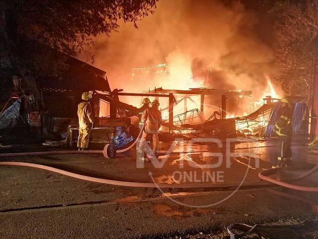 3 ชีวิตหนีตายระทึกเหลือเสื้อผ้าติดตัวชุดเดียว..ไฟไหม้บ้านแฝดชายแดนแม่สอดวอด