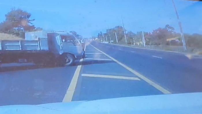 (ชมคลิป)เปิดคลิปนาทีรถเจ้าคณะอำเภอนาจะหลวย ถูกรถบรรทุกดินตัดหน้าพลิกคว่ำเจ็บ 3 ราย