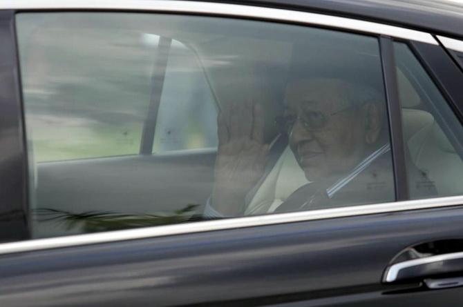 นายกรัฐมนตรีมหาเธร์ โมฮัมหมัด ของมาเลเซีย เดินทางออกจากพระราชวังแห่งชาติในกรุงกัวลาลัมเปอร์เมื่อวันจันทร์ (24 ก.พ.) ภายหลังเข้าเฝ้าฯ สมเด็จพระราชาธิบดี โดยมีรายงานว่าองค์พระประมุขแดนเสือเหลืองทรงยอมรับใบลาออกของเขา แต่ยังคงทรงแต่งตั้งให้เขาเป็นผู้รักษาการนายกรัฐมนตรี