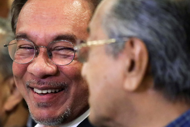 (แฟ้มภาพ) อันวาร์ อิบราฮิม (ซ้าย) หัวเราะยิ้มแย้มร่วมกับ มหาเธร์ โมฮัมหมัด (ขวา) ระหว่างแถลงข่าวเมื่อเดือนพฤศจิกายนปีก่อน
