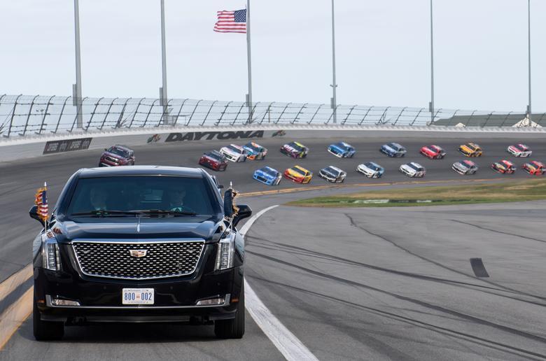 ประธานาธิบดี โดนัลด์ ทรัมป์ นั่งรถประจำตำแหน่ง นำขบวนเปิดการแข่งขัน Daytona 500 Nascar