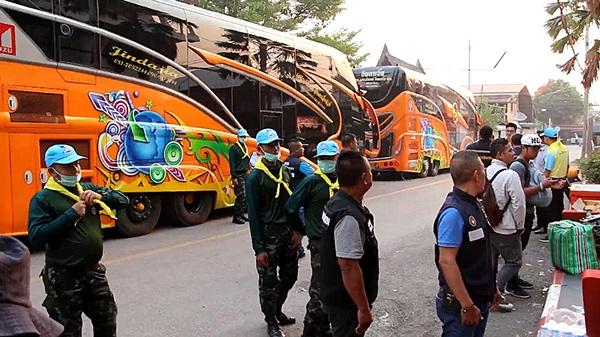 จัดรถบัส ทยอยส่งผู้โดยสาร ตกค้างที่สถานีปากท่อ