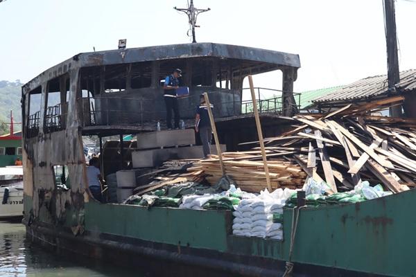 เจ้าหน้าที่พิสูจน์หลักฐานเข้าตรวจสอบหาสาเหตุไฟไหม้เรือขนส่งวัสดุก่อสร้าง เจ้าของเรือเผยไม่มีประกันแต่พร้อมรับผิดชอบ
