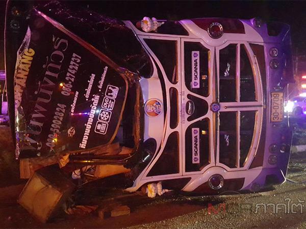 กระบะอัดเสยรถบัสพลิกคว่ำก่อนชนซ้ำกับเสาไฟฟ้าทำคนขับเสียชีวิต