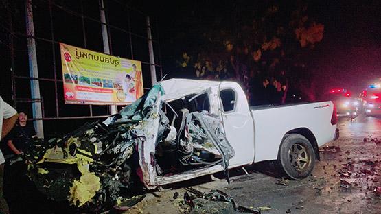 กระบะเสยรถบรรทุกสิบล้อเจ็บสาหัสติดภายในรถ