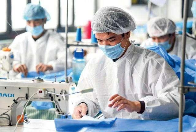 โรงงานผลิตชุดป้องกันที่ใช้ในการแพทย์กลับมาทำงานในช่วงตรุษจีนเพื่อผลิตให้ทันกับปริมาณความต้องการ (ภาพ ไชน่า เดลี่)