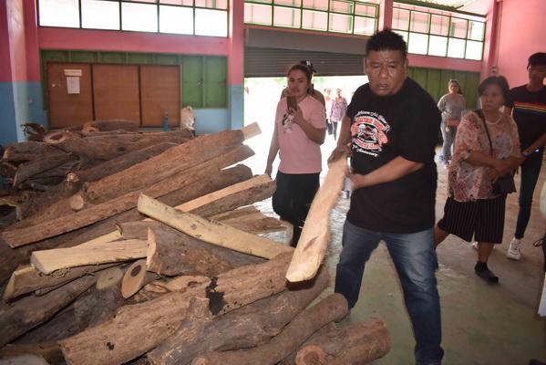 สุดทน! ชาวบ้านลุกฮือร้อง ผอ.โรงเรียนจ้างคนตัดไม้พะยูง 60 ปี