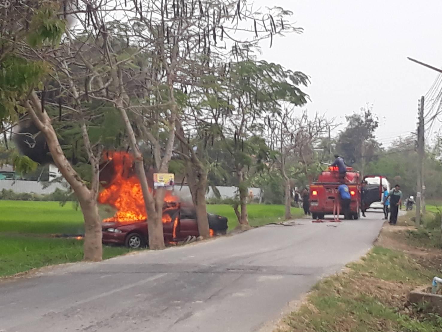ปู่วัย68ขับเก๋งวูบพุ่งชนต้นไม้ข้างทางไฟลุกไหม้วอดทั้งคันโชคดีคนช่วยดึงออกมารอดหวุดหวิด
