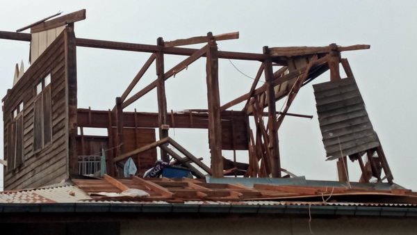 สภาพบ้านเรือนประชาชนใน 5 อำเภอของ จ.อุดรธานี เสียหายหนักจากพายุฤดูร้อนพัดถล่ม