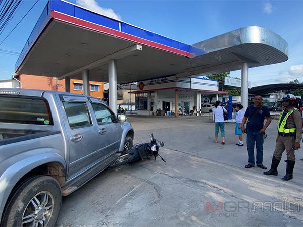 รถกระบะเลี้ยวเข้าปั้มน้ำมันในทางออกกะทันหัน ชนรถ จยย.ที่ขับมาจนร่างกระเด็นบาดเจ็บ