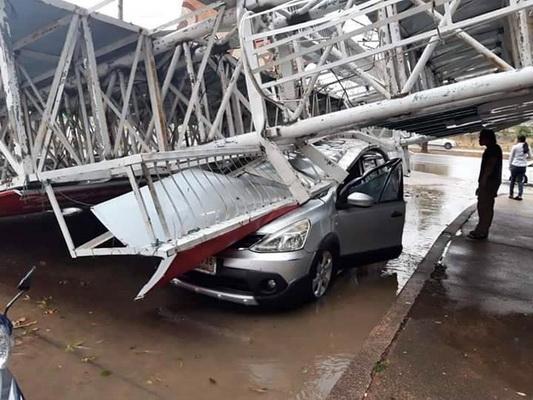 พายุลูกเห็บกระหน่ำอุดรฯรอบสอง   ป้ายโฆษณาล้มรถเสียหายหลายคัน