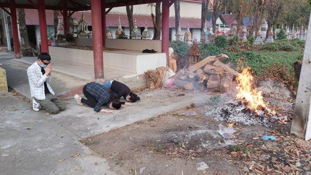 เผาแล้วศพหนุ่มจีนเหยื่อฆ่ายัดกระเป๋าทิ้งน้ำปิง ญาติร่ำไห้ระงมรอนำกระดูกกลับบ้านเกิด