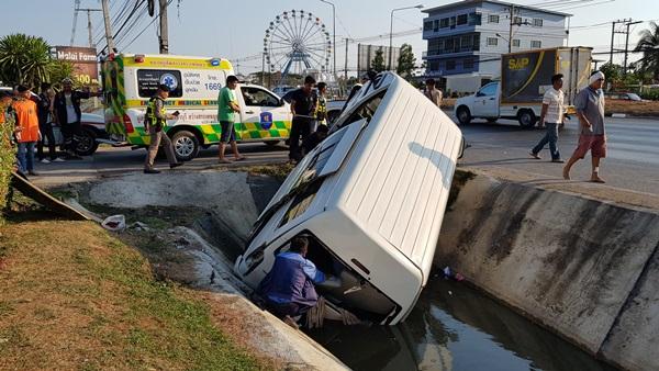 เกิดอุบัติเหตุ!!  รถตู้นักเรียนถูก10 ล้อเฉี่ยวชนพลิกคว่ำตกคูน้ำบาดเจ็บหลายราย
