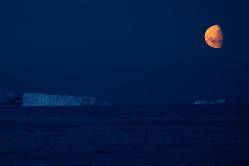 ภาพของดวงจันทร์บริวารหนึ่งเดียวของโลกเหนือแอนตาร์กติกา (Reuters/UESLEI MARCELINO )