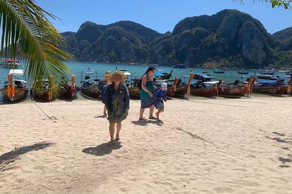 """ผวา """"ผีน้อย"""" โผล่เช็กอินเกาะพีพี คาดเดินทางกลับบ้านพักที่ตรังแล้ว"""