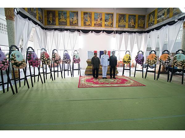 พระราชทานพวงมาลาหน้าหีบศพตำรวจ สภ.ศรีสาครที่เสียชีวิตจากการปฏิบัติหน้าที่