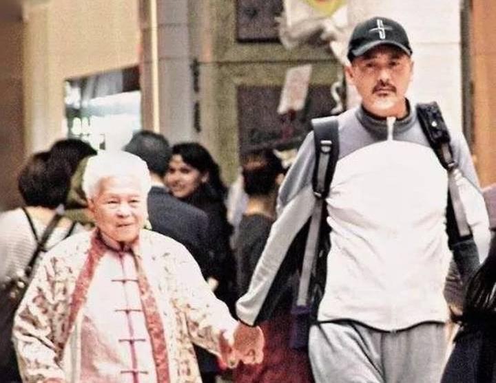 """แม่, ผู้หญิงที่สำคัญที่สุดในชีวิตของ """"โจวเหวินฟะ"""" เสียชีวิตแล้วด้วยวัย 98 ปี"""
