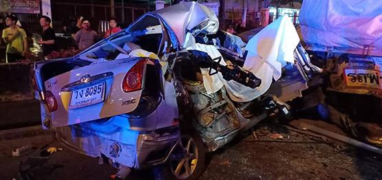 ชายวัย 39 ขับเก๋งชนท้ายรถพ่วงจอดนอนริมถนนพระราม 2 เสียชีวิตคาที่