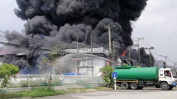 ไฟไหม้!!!   เพลิงลุกไหม้ รง.ผลิตบรรจุภัณฑ์  ในนิคมปิ่นทอง2เสียหายทั้งโรงงาน