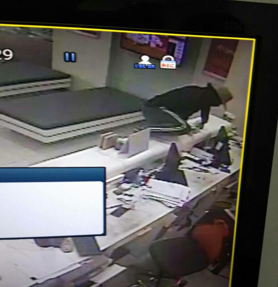 อุกอาจ! คนร้ายบุกเดี่ยวใช้อาวุธปืนสั้นจี้ชิงเงิน 8 หมื่น ธนาคารธนชาต สาขาระยอง หนีลอยนวล