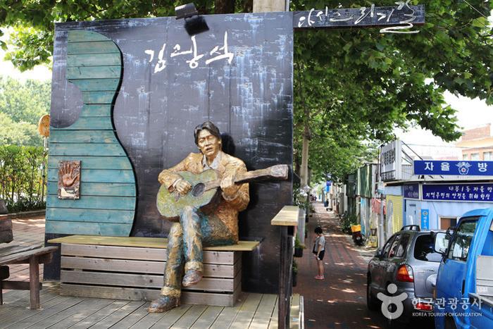 ถนนศิลปะคิมกวังซอก (ภาพ visitkorea.or.kr)