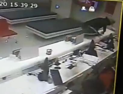 ด่วน! คนร้ายควงปืนบุกเดี่ยวชิงเงินแบงก์ธนชาต สาขาเมืองระยอง กวาดเงินสด 8 หมื่น