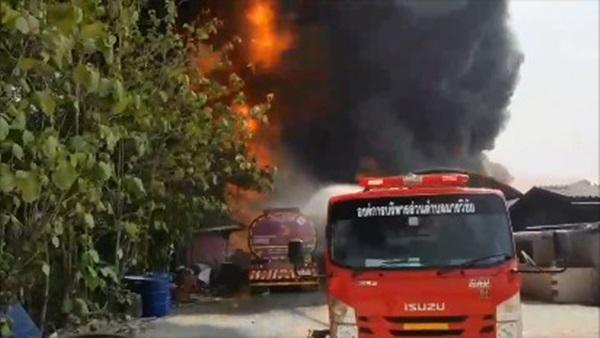 ระทึก! ไฟไหม้โกดังจอดรถบรรทุกน้ำมัน เสียหายกว่า 4 ล้านบาท