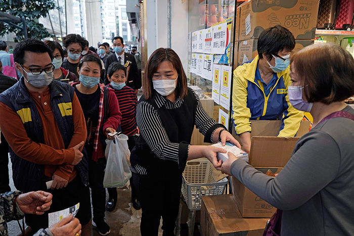 แฟ้มภาพคนฮ่องกงต่อคิวซื้อหน้ากากอนามัย (เอพี)