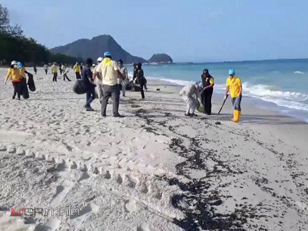 เร่งเก็บก้อนน้ำมันเกยหาดขนอม เผยนักท่องเที่ยวต่างชาติเริ่มเช็คเอาท์ย้ายหนี