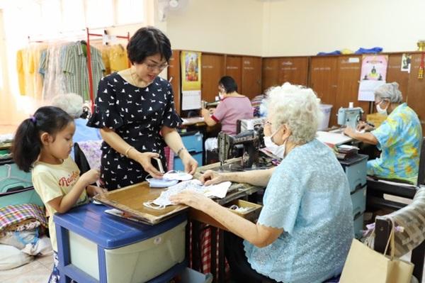 คนละไม้คนละมือ ผู้สูงอายุวาสนะเวศม์จัดอบรมการทำหน้ากากอนามัยให้แก่กลุ่มเป้าหมาย