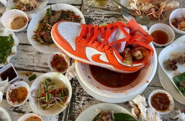 ชาวเน็ตวิจารณ์ยับ! ยูทูปเบอร์ชื่อดัง เล่นพิเรนทร์เทแกงส้มชะอมกุ้งใส่รองเท้า วางโชว์กลางโต๊ะร้านอาหาร