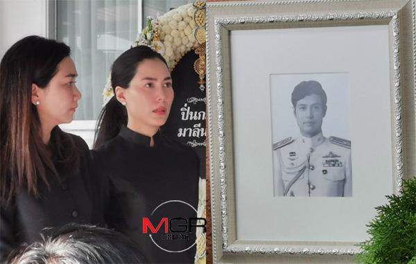 """รดน้ำศพ """"พ่อเชอรี่"""" สุดเศร้า เจ้าตัวเล่าพ่ออยู่เบื้องหลังความสำเร็จของลูก ภูมิใจเป็นนายทหารได้รับเหรียญกล้าหาญ"""