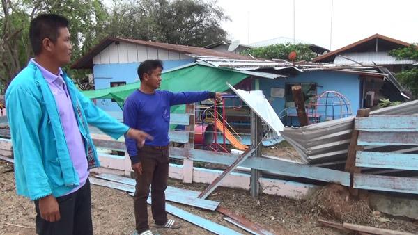 พายุฝนถล่ม 4 หมู่บ้านบุรีรัมย์ บ้านเรือน โรงเรียน พังเสียหายกว่า 20 หลัง - เร่งช่วยเหลือ